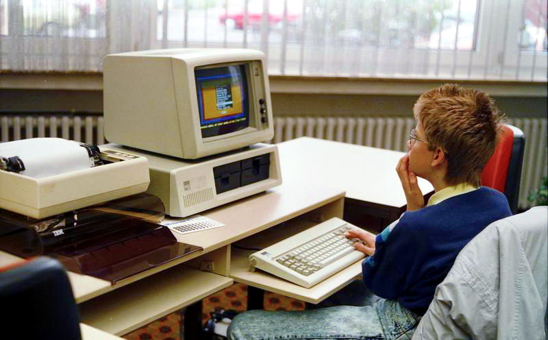 the easy way to build a personal computer in the modern society During the late 1940s and early 1950s, with the advent of electronic computing machines, the phrase 'computing machine' gradually gave way simply to 'computer', initially usually with the prefix 'electronic' or 'digital.